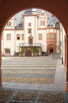 Zum Schlossinnenhof in Weilburg
