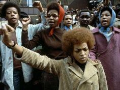 Noires et féministes, et politiquement engagées. les courageux combats d'une vie .. quand on voit l'actuelle représentation des femmes, on se dit qu' on est bien loin d' Angela Davis !!!