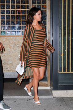 Selena Gomez leaving Chelsea Restaurant in New York on June Selena Gomez Shoes, Selena Gomez Bangs, Selena Gomez Style, Selena Gomez Pictures, Restaurant New York, Marie Gomez, Celebrity Feet, My Girl, Cool Hairstyles