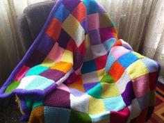 Manta confeccionada a ganchillo con lana de colores