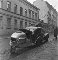 Broadcast van with a wood gas unit, 1940s. Yleisradion ääniauto (häkäpönttöauto, puuhiilellä käyvä katsausauto) pysäköitynä kadulle. Kuvausaika arvioitu vuosikymmenen tarkkuudella.