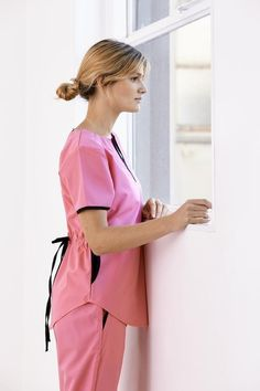Tefi Poly rosa con negro Nurses, Doctors, One Shoulder, Women's Fashion, Denim, Blouse, How To Wear, Collection, Womens Scrubs