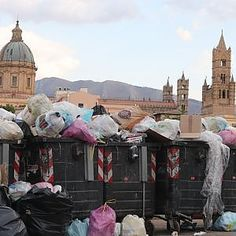 Palermo, rifiuti con vista sulla cattedrale
