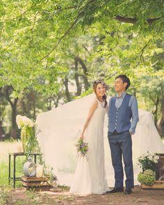 自然豊かな公園でのフォトショット 繊細なレースのナチュラルなウェディングドレスで #アーネラクロージング #anelaclothing #ナチュラルウェディング #花冠 #結婚準備 #ウェディングフォト #weddingphotography #ナチュラルウェディングドレス #おしゃれ花嫁 #花嫁ヘアアレンジ