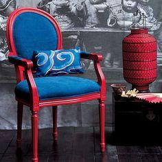 Une chaise et son coussin rouge et bleu