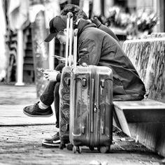 No sin mi móvil... En esta ocasión no pedí permiso... #madrid #places #lugares #people #gente #urbanscenes #canonEOS5DMarkIV #monocromo #winter #invierno #igersmadrid_bn #estaes_madrid #escenasurbanas