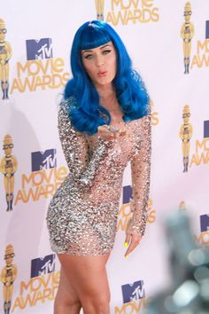 I love her dress so much! So sparkly! Well, I love all of Katy Perry dresses. But I love this one a lot!