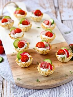 These spring herb cream cheese appetizer cups scream spring flavors and are easy to make - they come together in minutes they are a stunning addition to any appetizer spread. Get the super simple, 10 minute appetizer recipe from Cheese Appetizers, Appetizer Dips, Appetizers For Party, Appetizer Recipes, Popular Appetizers, Dinner Recipes For Kids, Healthy Dinner Recipes, Healthy Meals, Vegetarian Recipes