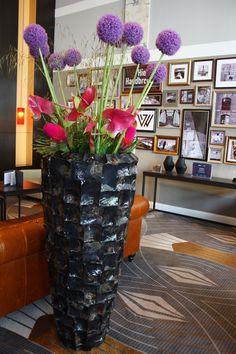 Schwarze Bodenvase, Blumendekoration für Lobby im Hotel Reichshof, Foto Birgit Puck