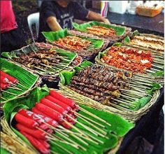 Filipino Street Food :) Omnomnom Filipino Food Party, Filipino Street Food, Asian Street Food, Filipino Recipes, Asian Recipes, Filipino Wedding, Potluck Recipes, Grilling Recipes, Boodle Fight