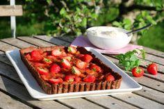 Sjokoladeterte med rabarbra og jordbær