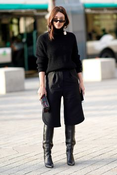 A guest wears a black top black cropped pants black boots outside Louis Vuitton during Paris Fashion Week Womenswear Spring/Summer 2018 on October Looks Street Style, Street Style Trends, Autumn Street Style, Gaucho Pants Outfit, How To Wear Culottes, Black Culottes Outfit, Bon Look, Black Cropped Pants, Black Turtleneck
