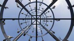 """100 Arme der Guan-yin"" - Skulptur des französisch-chinesischen Künstlers Huang Yong Ping am Marienplatz in Münster"