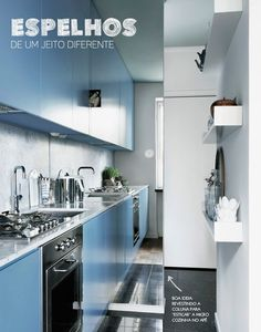 Adorei a ideia de revestir a coluna com espelho para ampliar a diminuta cozinha.