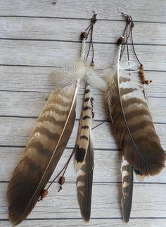 Bruin leren oorbellen gemaakt van natuurlijke vogelveren en houten kralen. Handgemaakte tribal sieraad. Native American geïnspireerd. Vogelveren zijn heilig gehouden gedurende vele culturen in de geschiedenis over de hele wereld. Omdat vogels hebben de mogelijkheid om te vliegen, zijn ze gezegd dat een speciale relatie met de Schepper als boodschappers te hebben.  De vogelveren die ik gebruik in mijn sieraden zijn van mijn eigen huisdieren. Zo nodig werk ik samen met lokale ondernemingen…