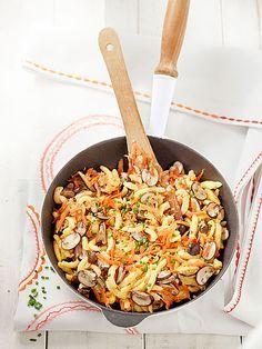 Vegetarische Spätzlepfanne Vegetarian spaetzle pan with mushrooms and carrots Mushroom Recipes, Veggie Recipes, Pasta Recipes, Vegetarian Recipes, Healthy Recipes, Healthy Food, Lacto Vegetarian Diet, Vegan Food, Quick Meals