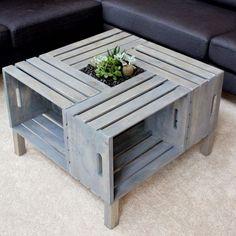 das ist ein kleiner moderner tisch aus alten europaletten und kleine grüne pflanzen   eine idee zum thema europaletten selber bauen