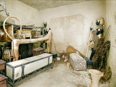 One of the rooms of Tutankhamun's tomb, before the archaeological clearance. Much ancient embroidery was found in the tomb of this century BC Egyptian pharaoh. Egyptian Pharaohs, Egyptian Art, Egyptian Kings, Egyptian Tattoo, Egyptian Mythology, Egyptian Symbols, Egyptian Goddess, Ancient Egypt, Ancient History