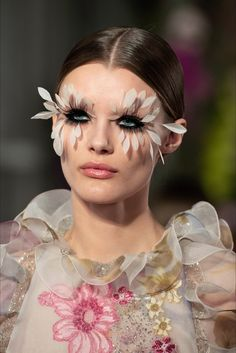 Pat McGrath Feather Lashes Makeup Looks For The Valentino Couture Spring 2019 Show In Paris – Estrella Fashion Report Catwalk Makeup, Runway Makeup, Valentino Couture, Makeup Trends, Vogue Paris, Pat Mcgrath Makeup, Feather Eyelashes, Eyelashes Makeup, Flower Makeup