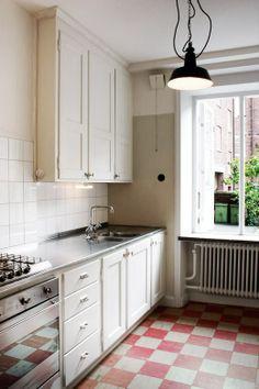 Överskåp, kök, funkis, rutigt golv, rostfri diskbänk,