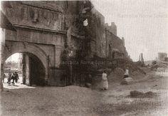 Via di Porta San Lorenzo, in parte interrata dall'innalzamento del terreno accumulatosi attraverso i secoli. A destra si notano alcune demolizioni. Anno: 1880/85