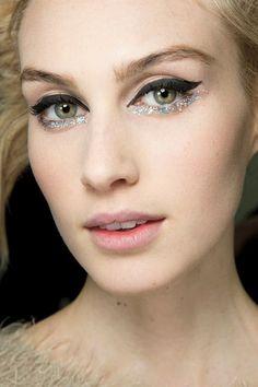 L'under-liner pailletéSi vous hésitez encore entre un trait d'eye-liner marqué et un maquillage pail... - Pinterest