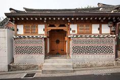 Traditional Korean house in Bukchon, Seoul. Asian Architecture, Beautiful Architecture, Interior Architecture, Korean Traditional, Traditional House, Modern Asian, Japanese House, Japanese Style, Asian Design