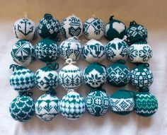 Ravelry: lilarita's grüne Julekuler Knitted Christmas Decorations, Knit Christmas Ornaments, Crochet Christmas Wreath, Christmas Crafts, Yule Crafts, Holiday Crafts, Christmas Fair Ideas, Christmas Knitting Patterns, Handmade Crafts