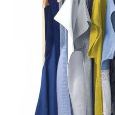 In deine Garderobe integriert du zu deinen Basisfarben, wie schwarz, grau, braun und blau am besten ein bis zwei Kontrastfarben. So kannst du dezente und knallige Kombinationen tragen. Capsule Wardrobe, Duster Coat, Jackets, Fashion, Grey, Black, Blue Yellow, Contrast Color, Cloakroom Basin