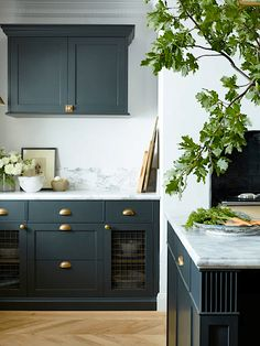 Green Kitchen Island, Dark Green Kitchen, Green Kitchen Cabinets, Farm Kitchen Ideas, Kitchen Decor, Kitchen Trends, Shaker Style Kitchens, Home Kitchens, Tuscan Kitchens