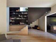 casa contemporânea com escada de madeira e ferro