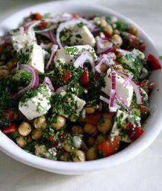 Kikærtesalat med feta og krydderurter Greens Recipe, Vegetarian Recipes, Veggie Recipes, Snack Recipes, Dessert Recipes, Healthy Recipes, Salad Recipes, Easy Delicious Recipes, Yummy Food