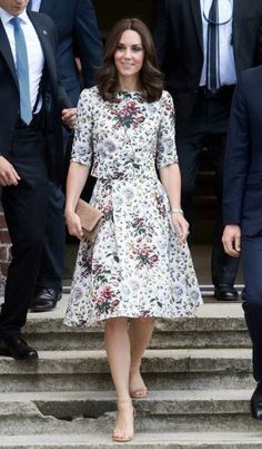 Next Post Previous Post Kate Middleton's Floral Summer Set Is So Much Better Than a Dress Catherine, Herzogin von Cambridge,. Looks Kate Middleton, Estilo Kate Middleton, Kate Middleton Outfits, Kate Middleton Fashion, Kate Middleton Wimbledon, Duke And Duchess, Duchess Of Cambridge, Modest Fashion, Fashion Dresses