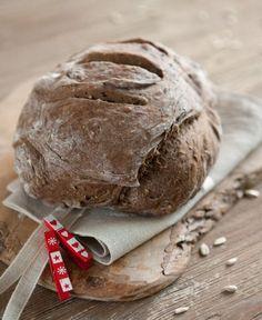 Questo è un pane che amo fare soprattutto in inverno. Lo trovo perfetto a colazione, ma anche a tavola e - soprattutto - per essere usato come base di deliziose tartine. Si conserva per 3 giorni.