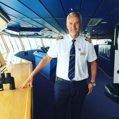 Kapteeni Robert työn parissa komentosillalla matkalla kohti Tallinnaa. #msfinlandia #eckeröline #hyväätorstaita