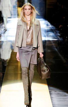 Le défilé Gucci automne-hiver 2010-2011 http://www.vogue.fr/mode/news-mode/diaporama/frida-giannini-et-patrizio-di-marco-quittent-gucci/21564#!le-defile-gucci-automne-hiver-2010-2011