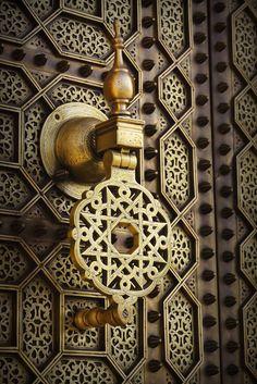 Moroccan doors, traditional houses in the medina Door Knobs And Knockers, Knobs And Handles, Door Handles, Arabesque, Moroccan Doors, Islamic Patterns, Islamic Designs, Moroccan Design, Moroccan Art