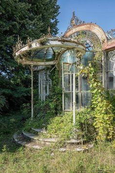 Abandoned somewhere in France Photo Julien Harlaut Victorian Greenhouses, Nature Aesthetic, Aesthetic Green, Beautiful Architecture, Baroque Architecture, Architecture Design, Abandoned Places, Abandoned Castles, Abandoned Mansions