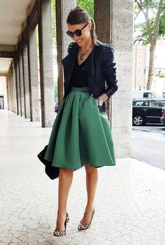Conjunto chaqueta negra, camiseta negra, falda verde, tacones leopardo, bolso negro y gafas negras