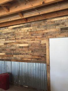 Garage wall made with pallet wood and tin Garage Wand mit Paletten-Holz und zinn Garage Floor Paint, Garage Walls, Garage Doors, Garage Bar, Small Garage, Modern Garage, Basement Walls, Diy Garage, Garage Ideas