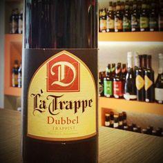 La Trappe Dubbel heeft een diepe, bruine kleur en een mooi, beige schuim. Door het gebruik van karamelmout ontstaat een zacht aromatisch, karamelachtig karakter. De smaak is volmoutig en een tikkeltje zoet. La Trappe Dubbel gist na op de fles en is zacht om te drinken, maar toch met 'body' en een volle smaak. Cerveja do dia: La Trappe Dubbel (7,0% / Berkel-Enschot - Holanda) #cervejadodia  #latrappe #trappe #trappist #trappistenbier #dubbel #bier #beer #SFB #swinkelsfamilybrewers #blondbier Beer 101, Beer Bottle, Canning, Drinks, Non Alcoholic, Holland, Drinking, Beverages, Beer Bottles