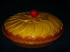 VINTAGE PIE PLATE, MAJOLICA? STONEWARE? CERAMIC WITH MATCHING APPLE SLICES TOP