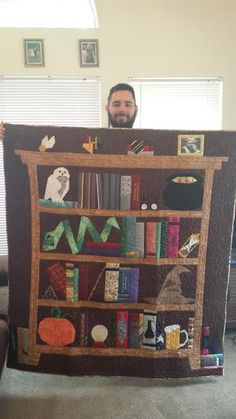 My own version of the Project of Doom! A Harry Potter Bookcase quilt for my - Fabric Crafts Harry Potter Fabric, Harry Potter Quilt, Harry Potter Items, Quilting Projects, Sewing Projects, Harry Potter Halloween, Cute Quilts, Halloween Quilts, Handmade Books