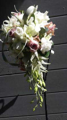 Druppel bruidsboeket met orchideeen en rozen