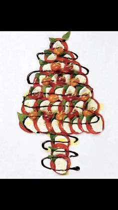 Caprese Christmas Tree: we made this for a family Christmas party last year. Can't go wrong with caprese! Christmas Tree Food, Christmas Apps, Christmas Eve Dinner, Xmas Food, Christmas Appetizers, Christmas Breakfast, Christmas Cooking, Christmas Goodies, Christmas Treats