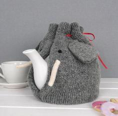 あったかい飲み物が何より美味しい季節。美味しいお茶を飲むときに、ティーポットにティーコージーしてますか?これ一つで温かいお茶が長く飲める優れものですよ。冬の時期にはぜひ取り入れたいアイテム。作りたい人も、買いたい人も、こんなのがあるんだ!と楽しんでみてくださいね。
