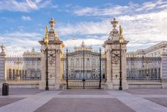 The Royal Palace, Madrid, Spain Classic House Design, Dream Home Design, Modern House Design, Dream Mansion, Mansion Interior, Castle House, Fancy Houses, Modern Mansion, Luxury Homes Dream Houses