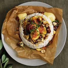 Tänk att något så enkelt kan vara så gott och lyxigt! En hel, rund brieost, eller brietårta som det också kallas, lägger grunden till denna skapelse. In med osten i ugnen och toppa den sedan med färska fikon, blandade nötter och ringla sist över lönnsirap.