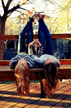 chicas acostadas de cabeza en banca