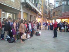 american students singing in Rialto, Venezia
